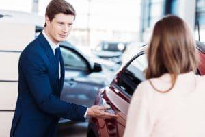 przedstawiciel samochód komis kobieta mężczyzna