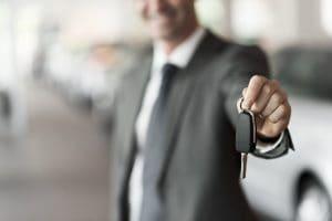 kluczyki do samochodu mężczyzna garnitur